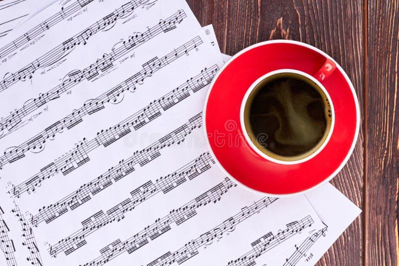 Tasse vide et notes musicales photos stock