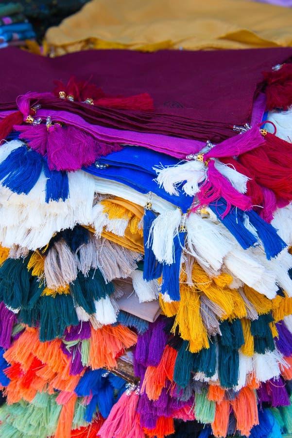 Tasseled Gewebe auf dem Markt stal lizenzfreie stockfotos