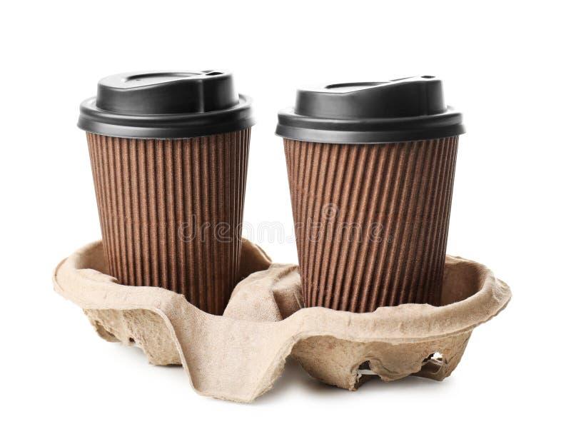Tasses à emporter pour des boissons sur le fond blanc Service de distribution de nourriture images stock