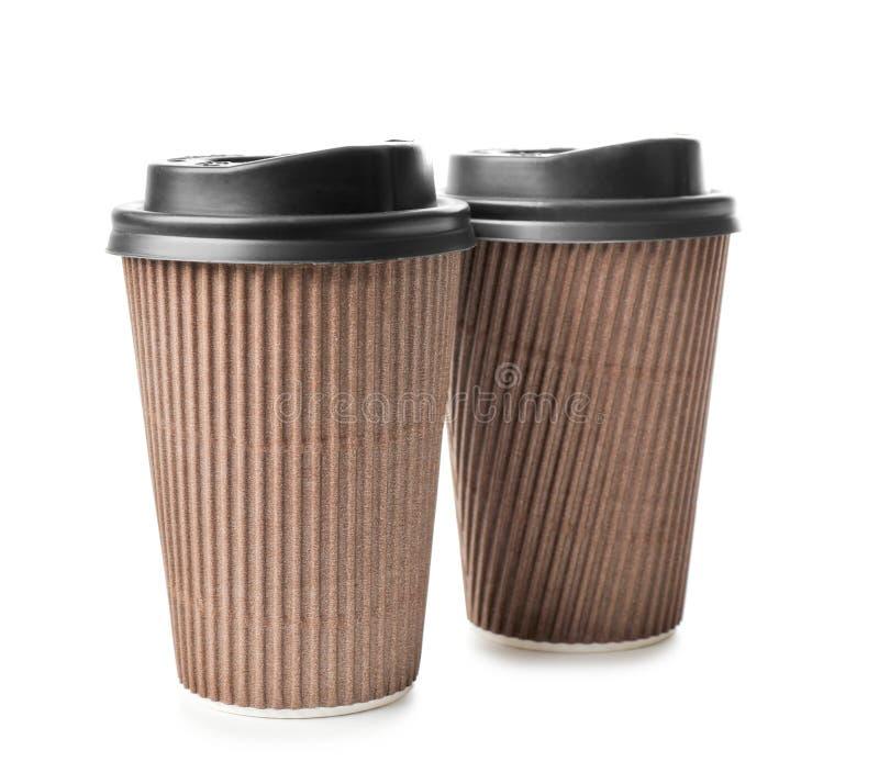 Tasses à emporter pour des boissons sur le fond blanc Service de distribution de nourriture image stock