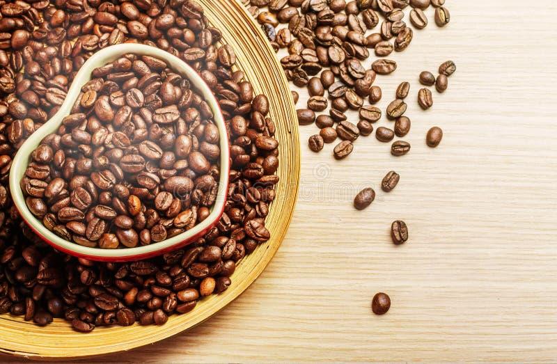 Tasses avec du café rôti frais sur le bois images libres de droits