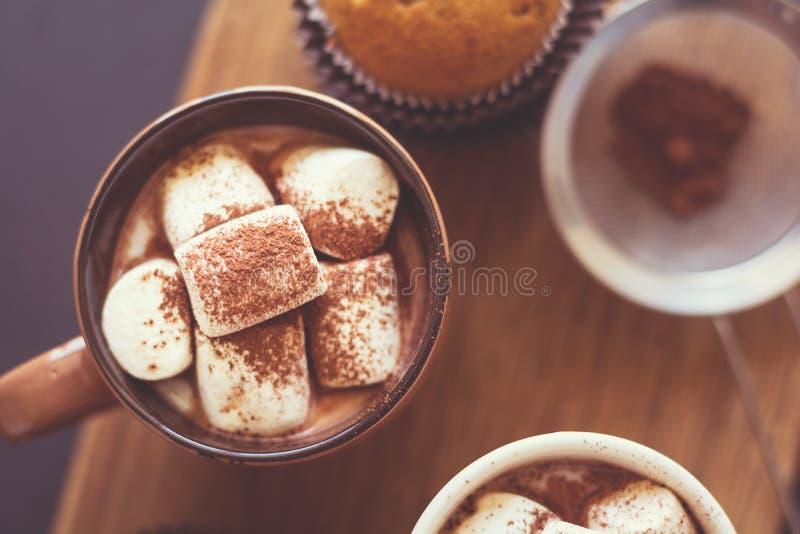 Tasses avec du chocolat chaud avec la guimauve et les petits pains photo stock