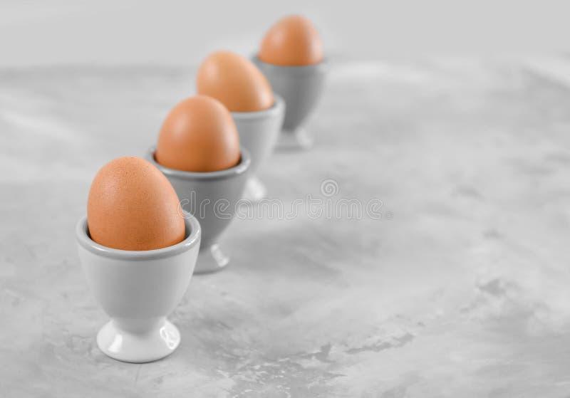 Tasses avec l'oeuf de poulet images libres de droits