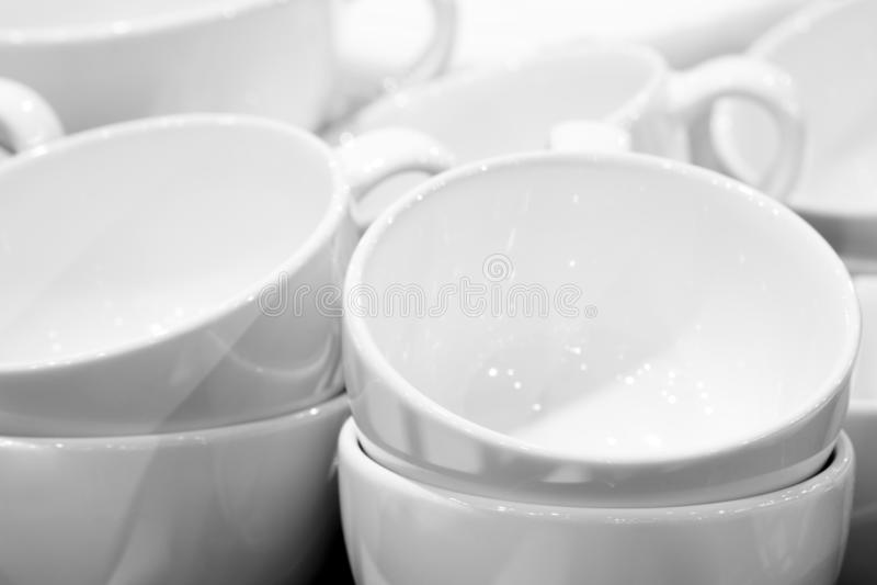 Tasses blanches vides empilées de thé ou de café pour le petit déjeuner photo libre de droits