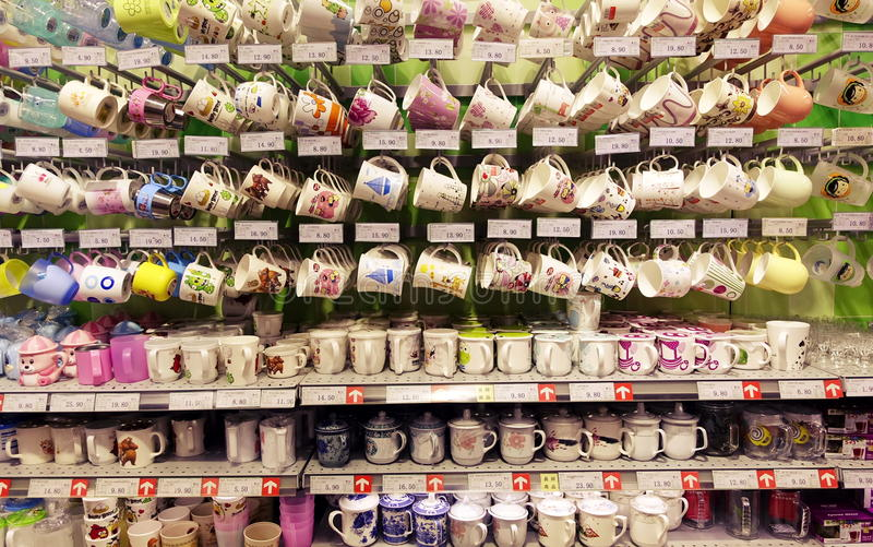 Tasses dans le supermarché images libres de droits