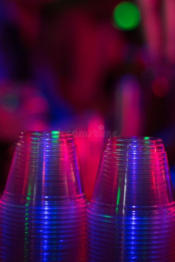 Tasses dans une bo?te de nuit photographie stock