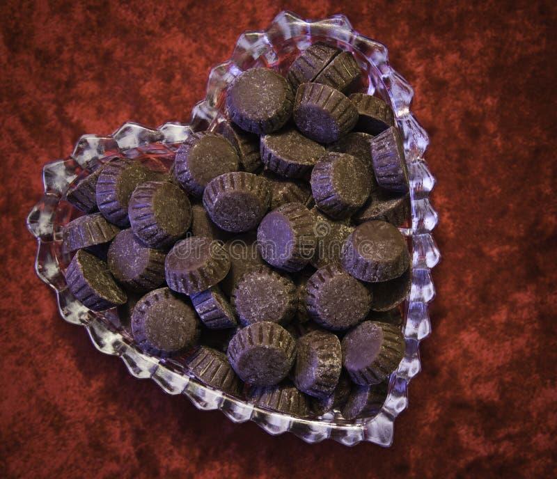 Tasses de beurre d'arachide au coeur image libre de droits