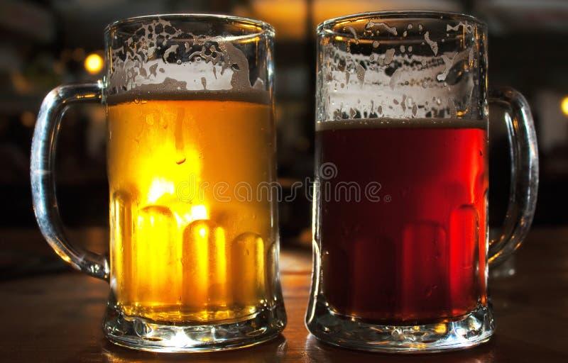 Tasses de bière photos stock
