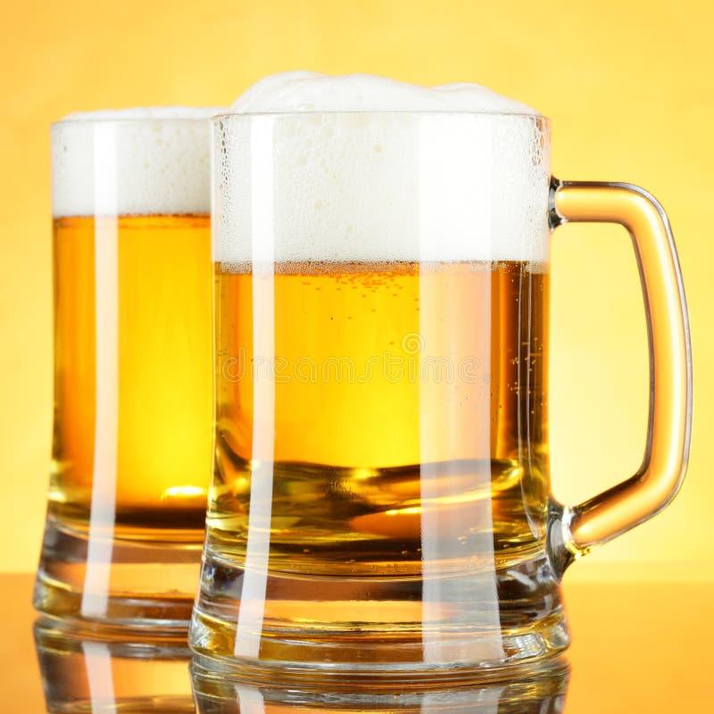 Tasses de bière photographie stock libre de droits
