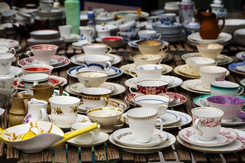 Tasses de café décorées faites de porcelaine fine de porcelaine, également appelé photo stock