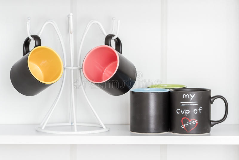 Tasses de café sur un cintre blanc photos libres de droits