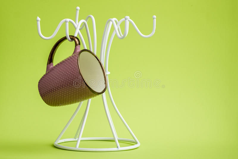 Tasses de café sur un cintre blanc photo stock