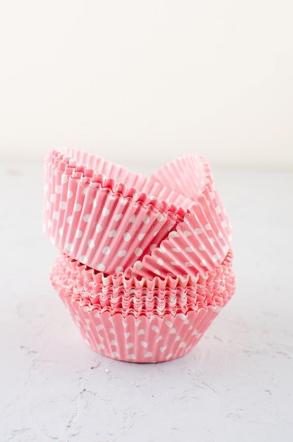 Tasses de cuisson de papier pour des petits gâteaux et des petits pains photographie stock libre de droits