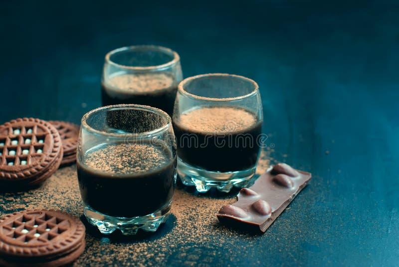 Tasses de dessert de chocolat et biscuits de chocolat arrosés avec des Cocos photo stock