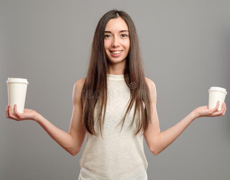 Tasses de femme de café blanches de offre photographie stock libre de droits
