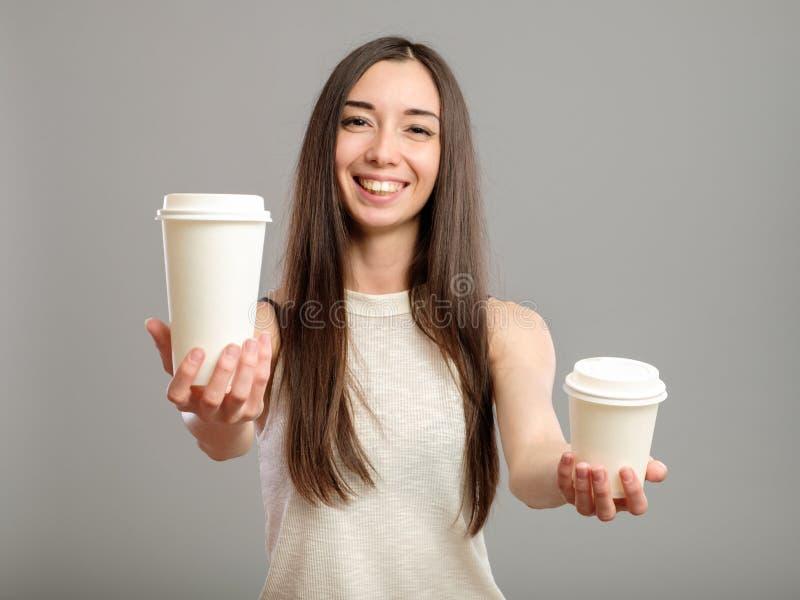 Tasses de femme de café blanches de offre images stock