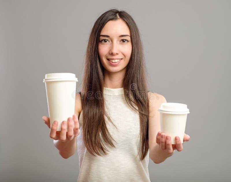 Tasses de femme de café blanches de offre photos libres de droits