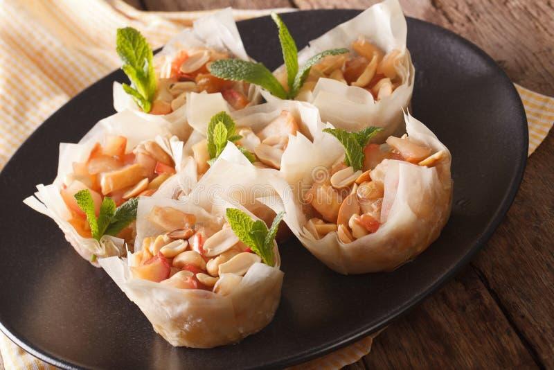 Tasses de la pâte de Phyllo avec le plan rapproché de pommes et d'arachides horizontal photographie stock