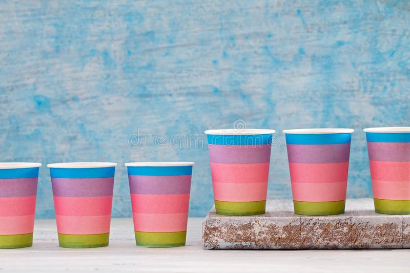 Tasses de papier jetables multicolores photo libre de droits