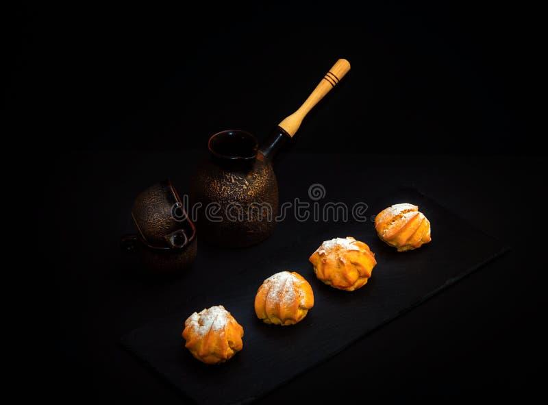 Tasses de style de cru gâteaux, pot de brassage de café et de profitrole ou d'eclair en céramique d'†doux de dessert « photographie stock libre de droits