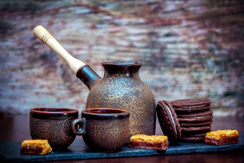 Tasses de style de cru, pot de brassage de café et biscuits en céramique de chocolat photos libres de droits