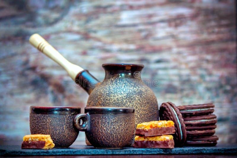 Tasses de style de cru, pot de brassage de café et biscuits et sucreries en céramique de chocolat images libres de droits
