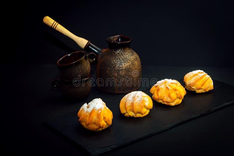 Tasses de style de cru, pot de brassage de café et profiterole en céramique d'†doux de dessert « photo stock
