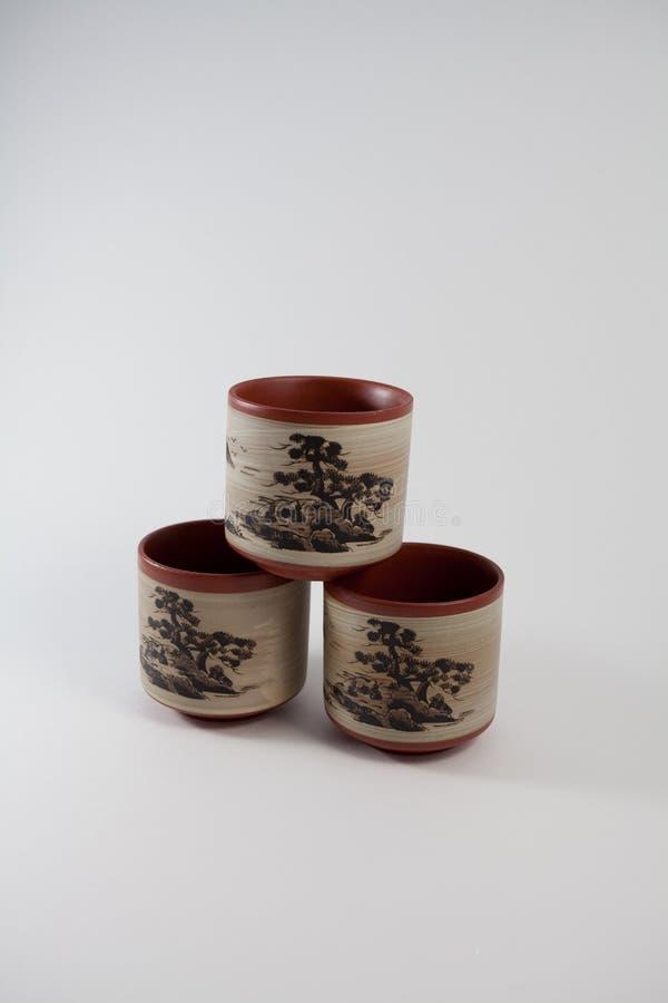 Tasses de thé empilées dans une pyramide photos stock
