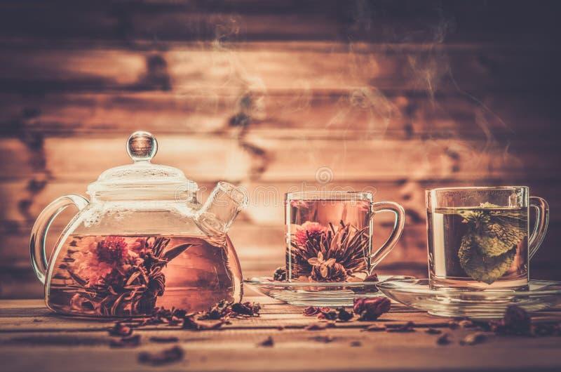 Tasses de théière et en verre image stock