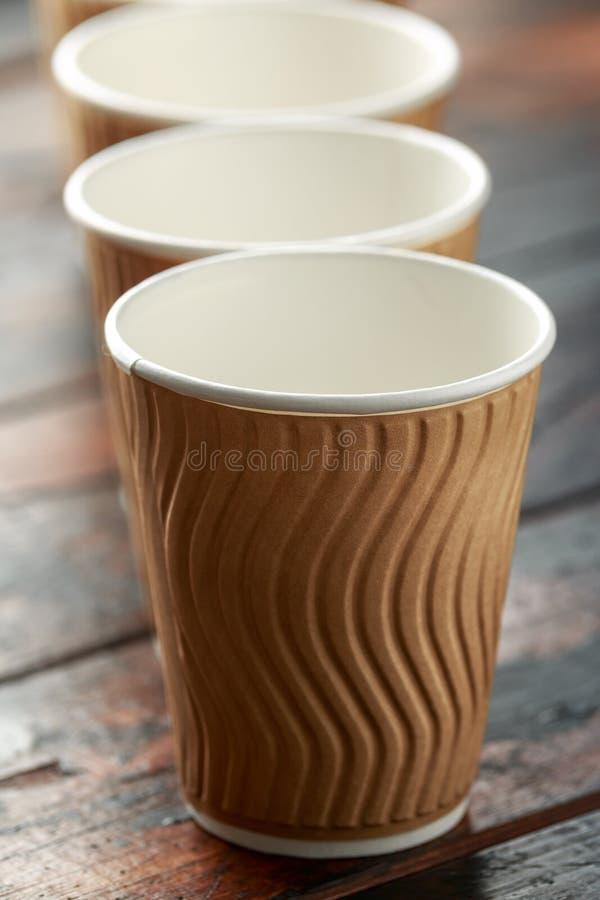 Tasses de th? ? emporter de papier brunes jetables de caf? photo stock