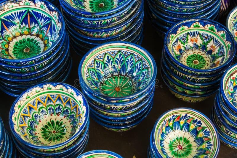 Tasses en céramique décoratives avec bleu et vert traditionnels près d'Eas photographie stock