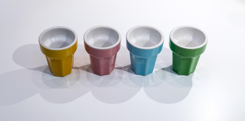 Tasses en céramique dans des couleurs en pastel photographie stock