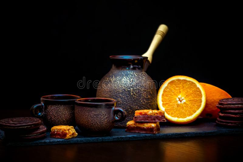 Tasses en c?ramique de style de cru, pot de brassage de caf?, orange et biscuits frais et sucreries de chocolat image stock