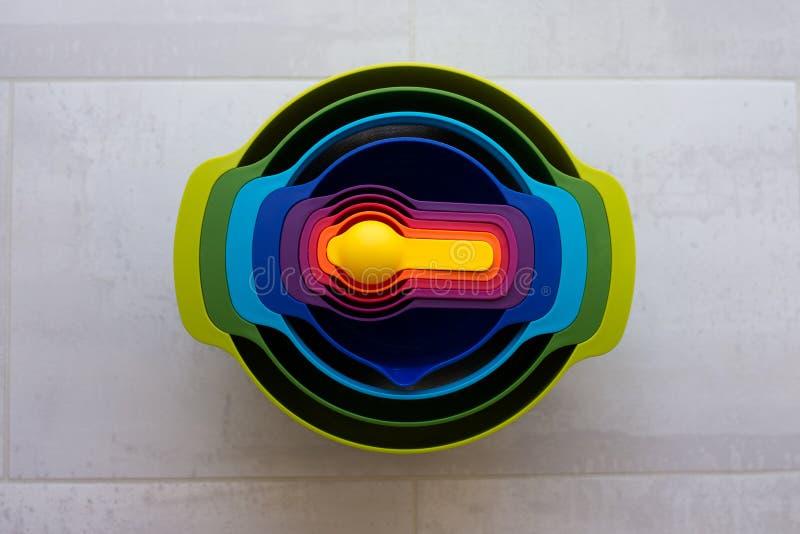Tasses en plastique d'un plat multicolore photo stock