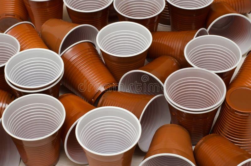 Tasses en plastique de Brown photo libre de droits