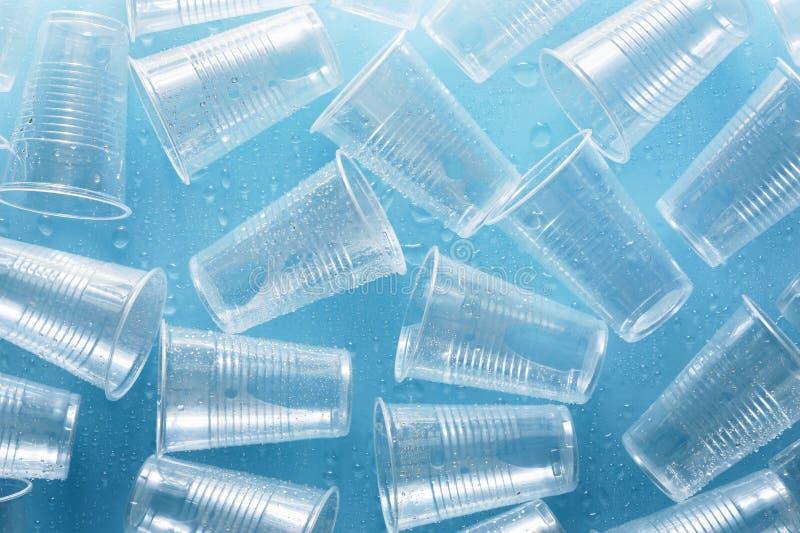 Tasses en plastique jetables avec des baisses de l'eau photo stock