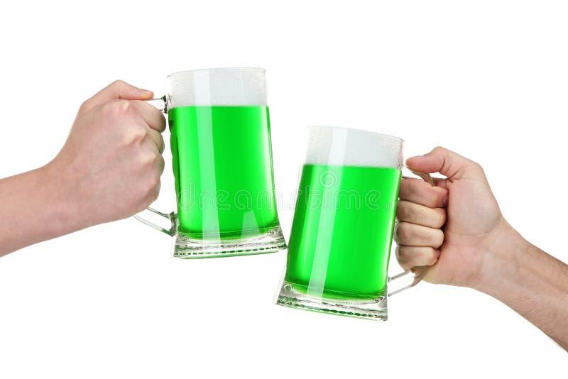 Tasses en verre avec de la bière verte photos stock