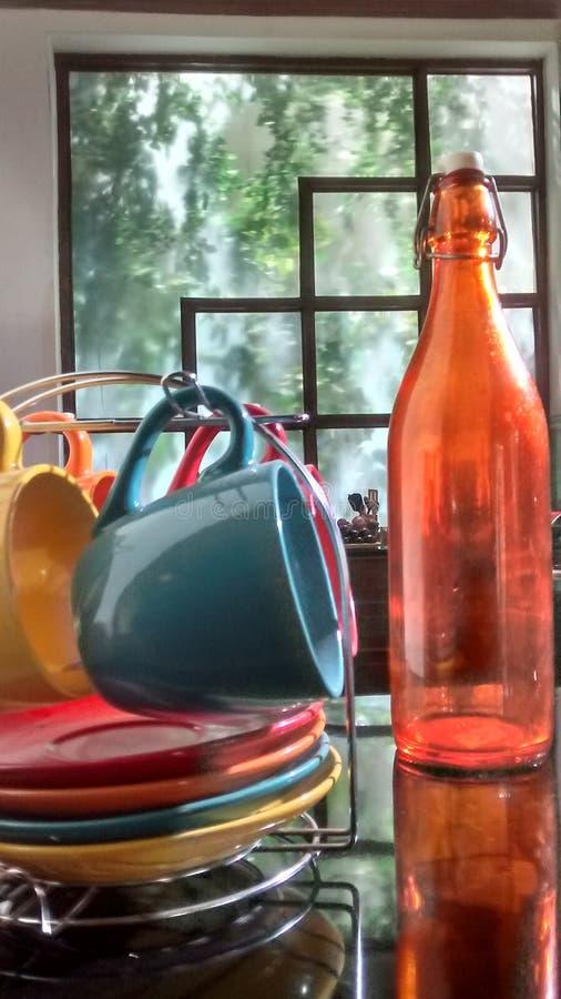 Tasses et bouteille artistiques photographie stock libre de droits