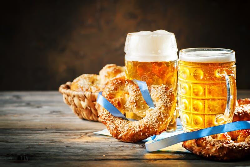 Tasses et bretzels de bière sur une table en bois Festival de bière d'Oktoberfest Illustration de couleur images stock
