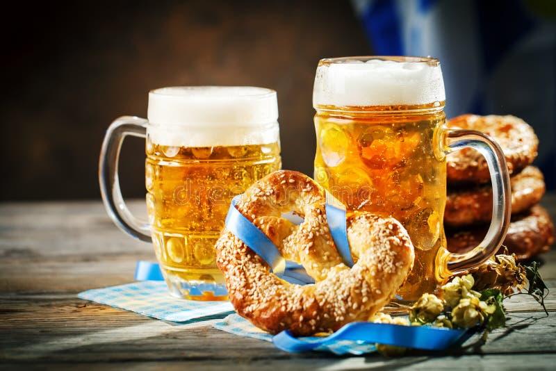 Tasses et bretzels de bière sur une table en bois Festival de bière d'Oktoberfest Illustration de couleur photos libres de droits