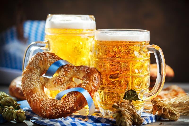 Tasses et bretzels de bière sur une table en bois Festival de bière d'Oktoberfest Illustration de couleur images libres de droits