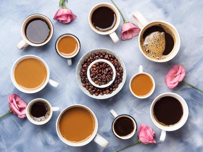 Tasses et tasses de café et de fleurs images libres de droits