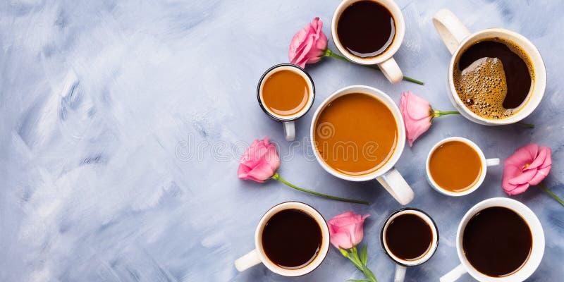 Tasses et tasses de café et de fleurs image libre de droits