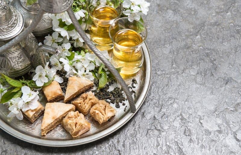 Tasses et pot de thé Vaisselle argentée orientale Fleurit la décoration photographie stock