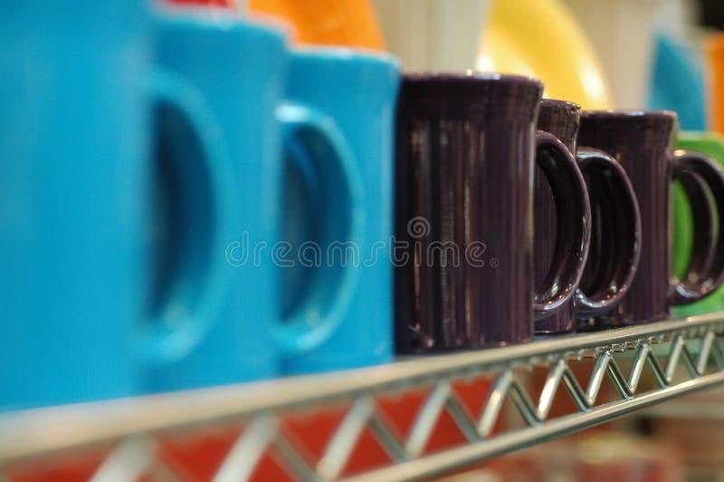 Tasses sur une étagère photo stock