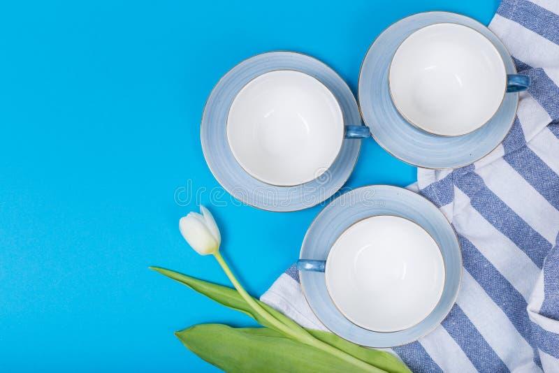 Tasses sur une vue supérieure de fond bleu photo stock