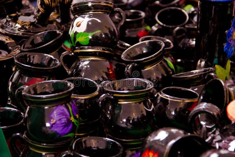 Tasses traditionnelles d'argile handicrafted du Mexique photographie stock libre de droits