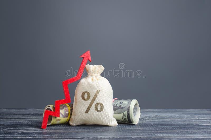 Tasso di interesse sacchetto denaro e freccia rossa Offerte favorevoli su depositi Prestiti a basso costo per la crescita economi fotografie stock libere da diritti