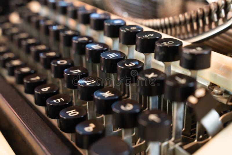 Tastatur des alten Schreibmaschinenabschlusses oben als Hintergrund Entwurf und Retrostil stockbild
