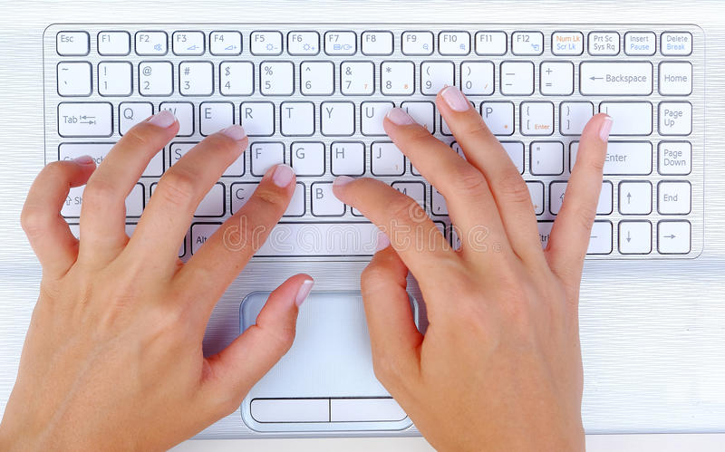 Tastatur-Hände lizenzfreie stockbilder